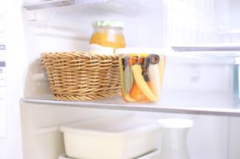 ポリプロピレンなど洗える素材でできたかごは、冷蔵庫内の収納におすすめです。こんな風にナチュラルなかごに収納すると、冷蔵庫の中が一気におしゃれな雰囲気に。毎日冷蔵庫を開けるのが楽しくなりそうですね♪