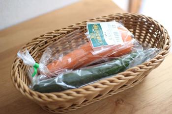 冷蔵庫内の食品をかごにまとめておけば取り出しやすくなり、使い勝手の良さもUPさせることができます。人参やキュウリなど野菜が入る縦長のデザインは、野菜室の整理・整頓にも活躍してくれますよ。