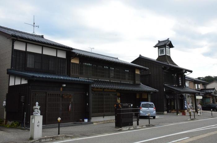 風情ある町並み散策を楽しめるエリアといえば、新潟県村上市。  地元住民の方によって、町屋造りの街並み景観の保存が行われています。町人町、武家町、寺町など、昔ながらの佇まいが残る城下町として人気の観光地です。  夏(7月)なら「村上大祭」、秋(10月)なら「宵の竹灯籠まつり」といった催しがあり、この街並みとのコラボレーションは必見。そして今回ご紹介したい冬の観光プランは、こちら。
