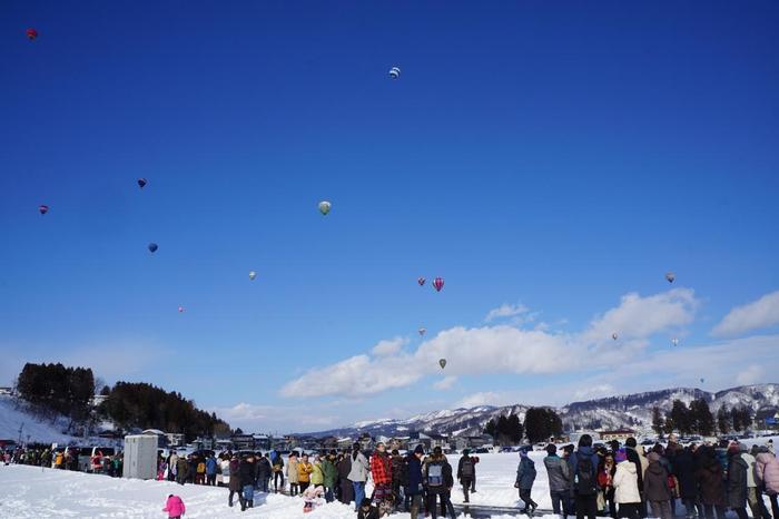 毎年2月下旬に、小千谷市にて、国内外から観光客が訪れる熱気球バルーンフェスティバル「おぢや風船一揆」が開催されます。  2日間かけて開催されるこのイベント。目玉である、日本海カップクロスカントリー選手権では、全国各地から集う競技者が、色とりどりのバルーンを上げ、空一面がカラフルに彩られます。