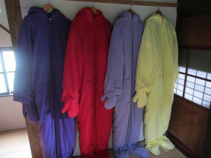 """宿泊する部屋の色と同じ色の夢""""夢をみるためのスーツ""""という名のパジャマを着て眠りにつきます。こちらももちろん、マリーナ・アブラモヴィッチ氏によるデザイン。  そのほか、「清めの部屋」と呼ばれる浴室などもあります。宿泊施設であると同時に美術作品であるからこその、特別な体験を味わえます。  ちなみに""""自分自身と向き合うための夢""""を試みた、過去の宿泊者たちの記録ノートも大人500円で閲覧できるそう。知られざる、意外な自分の一面を知る機会として・・・ちょっと勇気を出して泊まってみてはいかがでしょう。"""