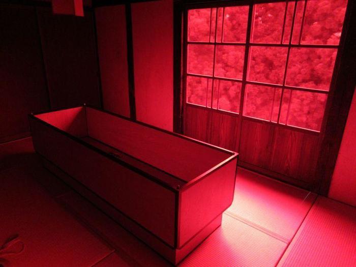 慌しい現代生活の中で「自分自身と向き合うために、夢を見てほしい」という想いのもと実現されたアートプロジェクト。  特徴的なのは、こちら。赤・青・緑・紫・・・4色の「夢の家」、そして中には「夢をみるためのベッド」が備わっています。