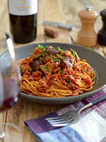 ミートソースといえばトマト缶などを使ったトマト味メインの印象ですが、ウスターソースをプラスするとまた違った味わいに。ミートソースは冷凍保存できるので、多めに作ってランチや夕食の時短に活用しましょう!