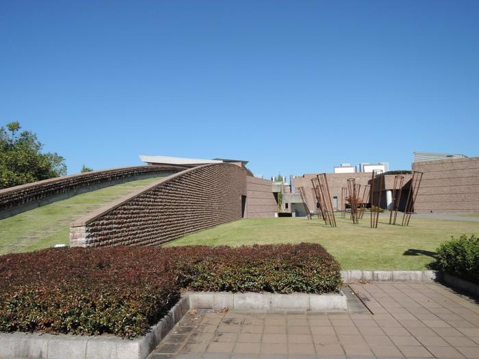 「新潟県立近代美術館」も、長岡でおすすめの施設。お子さん連れのファミリーの方にとって人気のスポットです。  実は、現在改修工事のため休館中となっており、再開館日は2019年の9月以降となっています。過去に「ディズニー・アート展」などの展覧会を行っており、次回は「PIXAR(ピクサー)のひみつ展」を予定。再開館日が楽しみですね。  このように、野外庭園にはアート作品もありますよ。