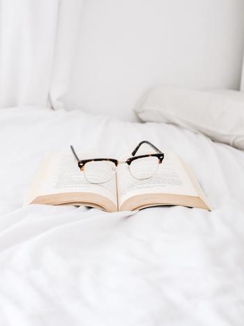 または、好きな雑誌や本を手に取り、文字を目で追うことで、グルグルと頭で考えることを回避するのもおすすめです。どんな手段であっても、自分が気持ちを切り替えやすい方法を一つ見つけておきましょう。