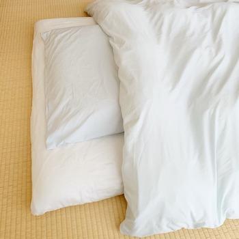 布団のメリットは、収納することで部屋を広く使えること、布団自体を干したり洗ったりすることができることです。 デメリットは、毎日の上げ下ろしが大変なこと、敷きっぱなしにするとカビの心配があることです。