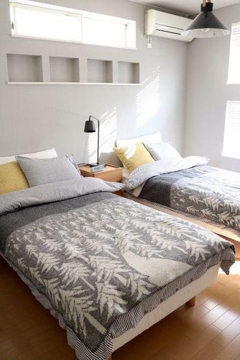 二つのベッドを並べるときは、ファブリックをお揃いにするとおしゃれです。全体をグレーで統一しながらも、イエローのクッションがアクセントになっていて素敵ですね!