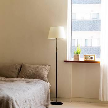 リネンで統一した寝具は落ち着いた印象です。ベッドサイドの照明も雰囲気にマッチしていますね。