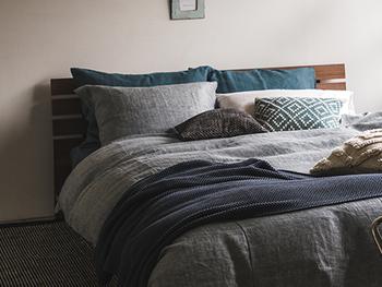 寒色系のファブリックで揃えたベッドは涼しげで夏にぴったりです。コットンやリネンなど、さらっとした素材を選ぶと快適に眠れます。