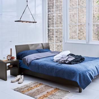 ベッドのメリットは、毎日の寝具の片付けが必要ないこと、インテリアとして楽しめることです。 デメリットは、高さがあるので睡眠中に落下する可能性があること、場所を取ってしまうことです。
