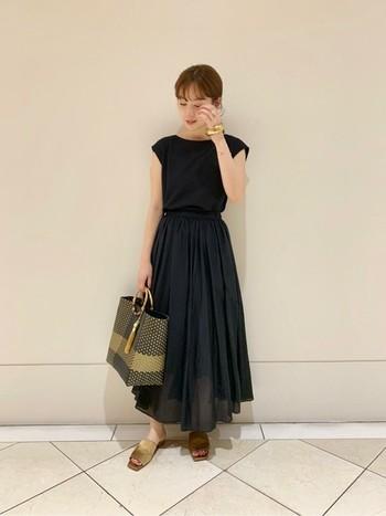 薄手のコットンシルクのギャザースカートを使ったブラックコーディネート。ふわっと広がる裾が黒を軽やかに見せてくれます。小物はベージュで統一し、ナチュラルに仕上げるのがポイントです。