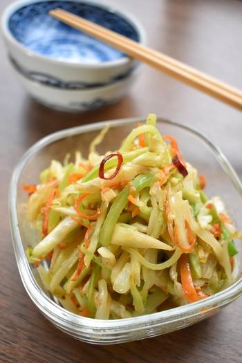 こちらは、千切りにした野菜の皮や芯を使った塩きんぴらです。ごま油と炒めれば、風味豊かな副菜に大変身!