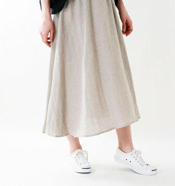 特にロングスカートはトレンドアイテムであるだけでなく、脚の露出が少なくパンツ派の人でも抵抗感なく履くことができるはず。 そんな英仏ブランドのロングスカートで作る夏コーデを見ていきましょう。