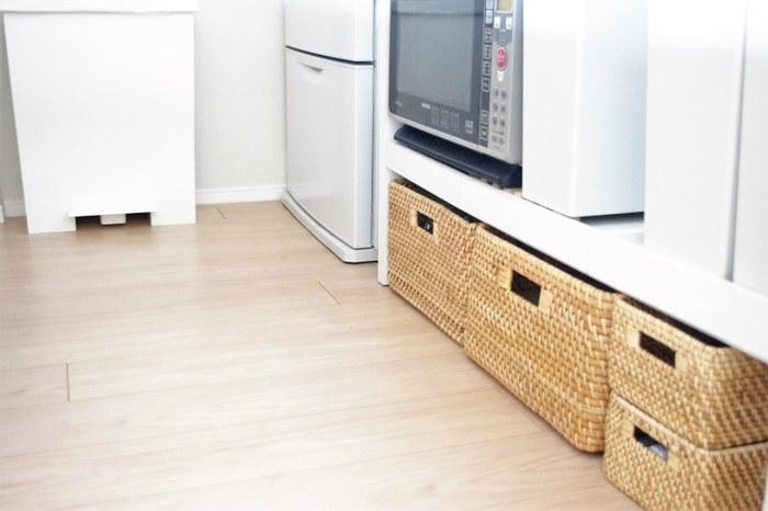 キッチンの様々な場所で活躍する収納かごは、壁際の背面収納にも◎。こちらのブロガーさんのように、持ち手付きのかごで引き出せるようにしておくと、一番下も収納スペースとして有効活用できます。