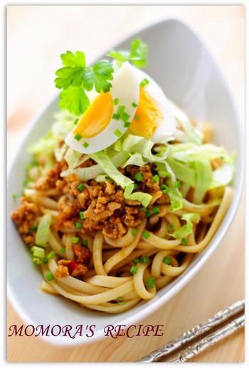 鶏むね肉でつくった坦々たれを、レンジでチンした冷凍うどんにかけて。暑い日も箸がすすむピリ辛レシピです。