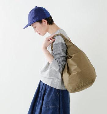 薄手で軽量、かつ丈夫なナイロン製のバッグです。カジュアルなシーンにしっくりくるシンプルな作り。お出かけ先でのバッグとしても。