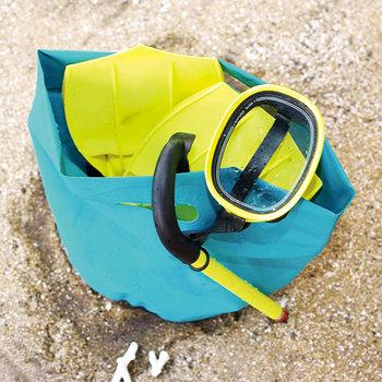 テントなどに使われる丈夫な防水シートで作られたバッグです。バケツのように自立するから、アウトドアでも使いやすい。サイズやカラーも豊富です。