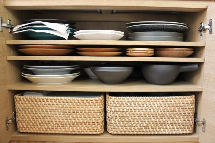 こちらも食器が綺麗に整理整頓されていて、とても使いやすそうな食器棚ですね。一番下のラタンバスケットには、琺瑯容器や丼ぶりなどの器を収納されているそうです。