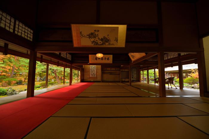 実は「北方文化博物館」は、秋の紅葉も有名。11月頃に見ごろを迎え、夜になるともみじがライトアップされます。  眺められるのは・・・こちらの100畳敷の大広間!卓越した庭師の技術も相まって、日本の唯一無二の季節の美しさを伝えてくれますよ。