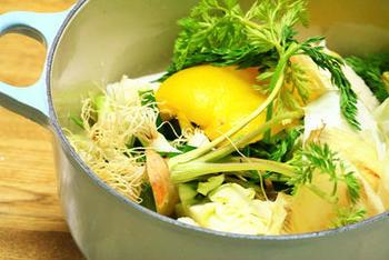 """「ベジブロス」とは、""""vegetable(野菜)+Broth(だし)""""の略で、普段捨ててしまいがちな野菜の皮やヘタをだしにする方法です。"""