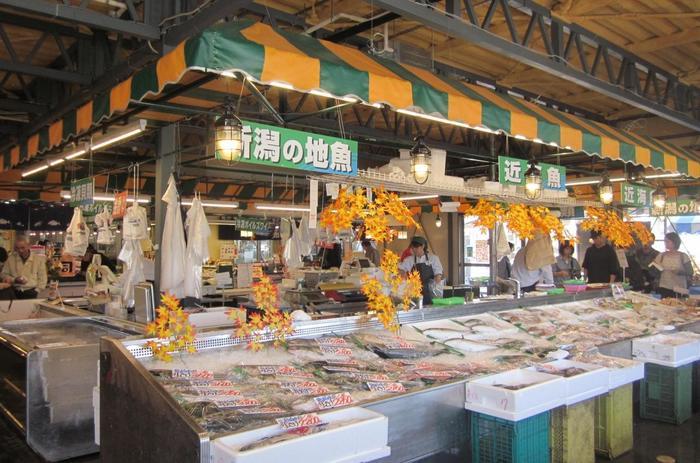 新潟駅からも、万代シテイからも、約15分くらいのところにある「にぎわい市場 ピアBandai」。日本海の穫れたての鮮魚、産地直送の新鮮な野菜、新潟の特産品であるお米や日本酒など・・ありとあらゆる新潟の美味しいものが揃う、人気の食市場です。お寿司屋さんやパスタなど飲食店も入っているので、食事もゆっくり楽しめます。