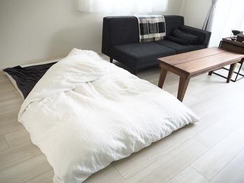 布団は好きな場所に移動できるので、リビング横のスペースを寝る場所に。モノトーンで統一しているので落ち着いたコーディネートになっています。