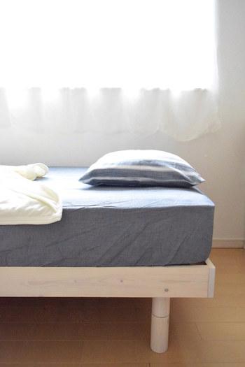 ベッド用のマットレスにそのままシーツをかけても良いのですが、湿気対策としてシリカゲルなどの除湿シートを挟んだり、湿度調節効果のあるベッドパッドを敷くのがおすすめです。