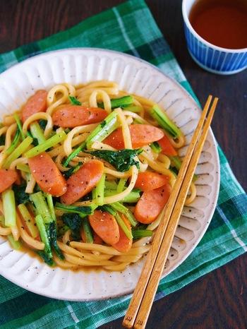 ウインナーの赤みと小松菜の緑のコントラストが美しい焼うどん。フライパンでパパッと炒めるだけのお手軽さ。