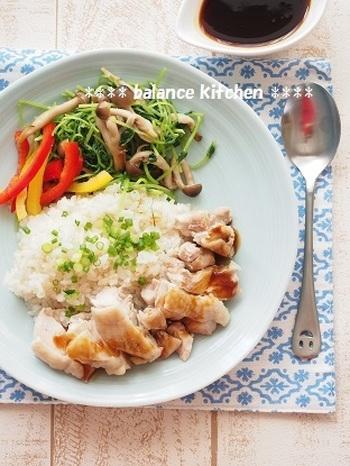 お水代わりとしてスープやカレーを煮込むときはもちろん、お米と一緒に炊き込みごはんにするのもおすすめです。こちらは、シンガポール風チキンライスのレシピ。ごはんに野菜のうまみがしみ込んで、ワンランク上の味わいに仕上がります。