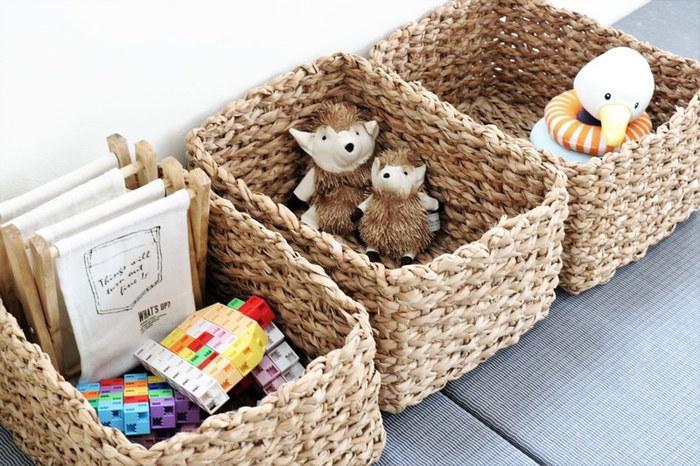 お部屋の中の様々な物をスッキリまとめられるカゴは、キッズスペースの収納にもおすすめです。間口の広いバスケットなら中にポイポイ入れるだけで、おもちゃや絵本を簡単に片づけることができますよ。