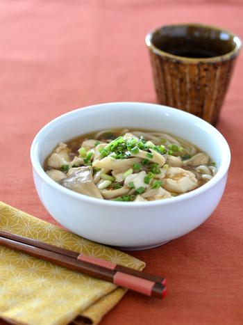 旬のまいたけと豆腐でできる簡単野菜うどん。しょうがの香りで食欲が刺激され、体の内側からぽかぽか温まります。