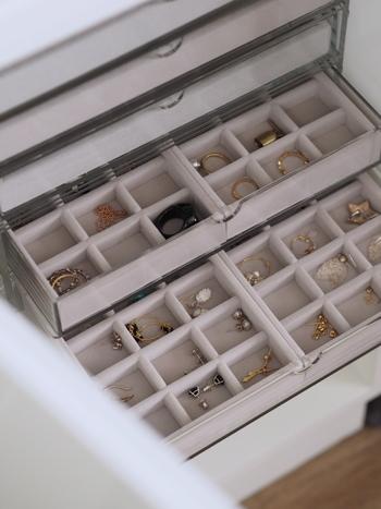 引き出しにアクセサリー収納するなら、ベロア内箱を取り入れてみては。  大切なアクセサリーをベロアが優しく包み込み守ってくれます。こちらも無印良品のアイテム。