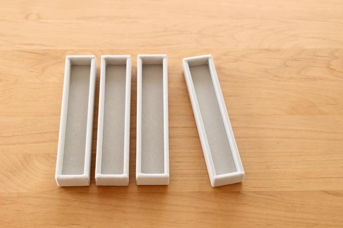 無印良品の「アクリルケース用・ベロア内箱仕切」は、アクリルケースの引き出しにぴったり収まるジュエリー収納用内箱です。