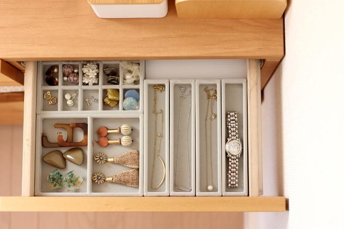 ベロア内箱を組み合わせれば、絡まりがちなネックレスやピアスなども取り出しやすくなりますね。見た目にもクラス感があり、引き出しの中がまるで「大人の宝箱」のよう。