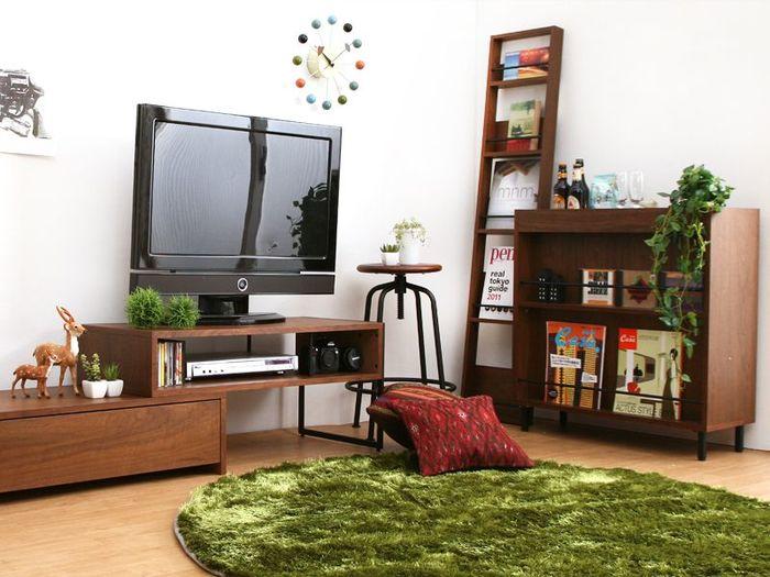寂しい印象になりがちな部屋のコーナーにグリーンを飾って。 スツールを他の家具と同じ色合いで揃えると、統一感がアップします。