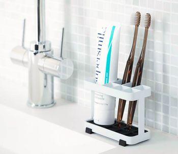 洗面台の周りは、家族それぞれが毎日使うものを置きたくなる場所。でもここにはこれ以上置かない、と収納用品を厳選することが、きれいを保つコツです。