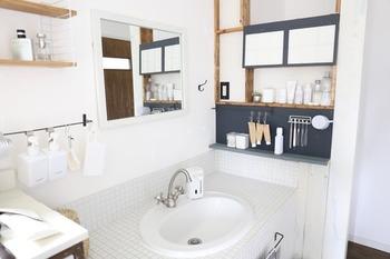 洗面所にぴったりなのが、バーにフックを取り付けたハンギング収納。ハンギング収納は場所をとらずに出し入れしやすく、スマートに身支度を整えられるのが魅力です。