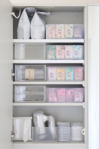 身支度を整える、洗濯をするなど、洗面所は限られた空間で役割がいくつもあります。  こちらのお宅のように、透明ボックスで小分けしておけば、必要なモノが一目瞭然。出し入れにも迷いません。