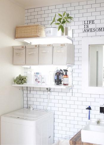 洗面所のインテリアにこだわるなら、見せる収納も上手に取り入れたいもの。  オープン棚や洗面台まわりには、厳選したアメニティグッズをディスプレイするように収納してみては。