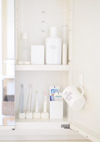 洗面所は、ベーシックな色で統一すると洗練された印象に仕上がります。清潔感のある空間を目指すなら白を、シンプルモダンインテリアがお好みなら、深みのある色を差し色に1色取り入れるのがおすすめです。