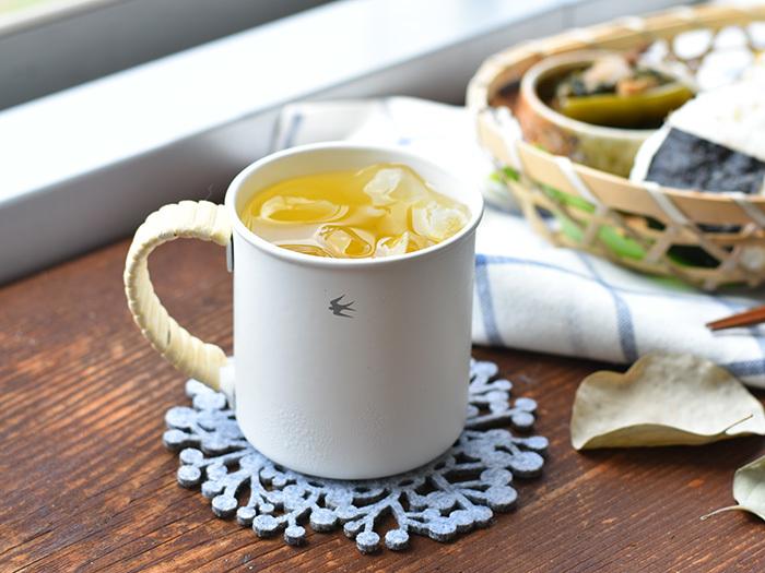 軽くて丈夫な琺瑯はカップにも最適。こちらの「TSUBAMEシリーズ」の琺瑯製マグカップは、珍しいステンレス製。錆止め剤を使用せず琺瑯を塗布しているので、薄くて軽い仕上がりになっているのだそう。また、持ち手のラタン(藤)も使い込むごとに味わいの出る経年変化が楽しめます。ずっと使いたい逸品です。 (※琺瑯なので直火にかけられますが、電子レンジの使用はできません。また、食洗機も使用はお控えください。)