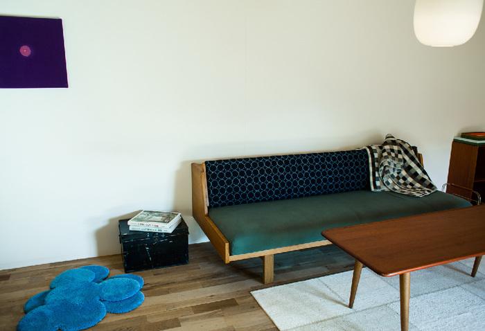 モノが少ないミニマムな空間だからこそ、置くアイテムはじっくり吟味して。シックなグリーンのソファが全体を引き締めて、落ち着いた雰囲気に仕上げてくれています。