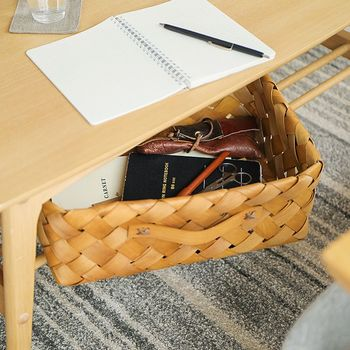 取っ手付きで出し入れしやすいウッドチップバスケットは、テーブル下の収納にも◎。文房具や手帳など散らかりやすい小物をまとめておけば、いつもスッキリと片付いた状態をキープできますね♪