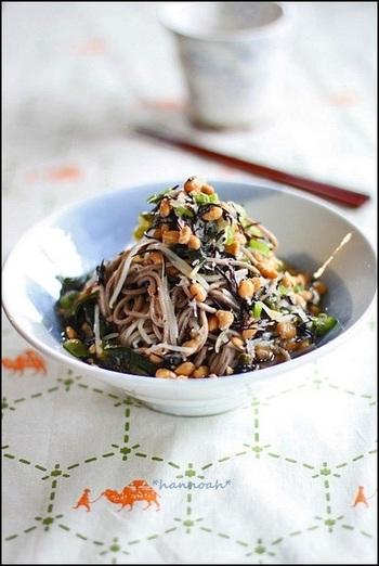 ひじきやワカメといった海藻類をはじめ、もやしや大根、そこに納豆も入る栄養満点さっぱりレシピ。暑い夏にツルツルいただきたいレシピです。