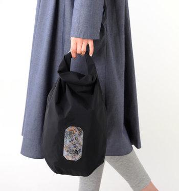 柔らかに折られた持ち手が風呂敷を連想させる「ザ ノースフェイス」バッグです。3層構造で簡易防水になっています。