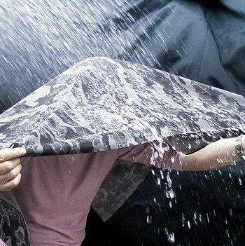 その撥水力は傘の代わりになるほど。ちょっとした雨から荷物を守ってくれるし、不意の汚れも弾いてくれる頼もしさ。シンプルな作りだから、アウトドアでも役に立ってくれそう。
