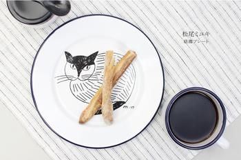割れにくく、丈夫といったら琺瑯の食器は外せません。こちらは松尾ミユキさんのイラストが施されたプレート。愛らしいのに配色やシンプルなデザインで、他の食器ともバランスよく使うことができそうです。電子レンジは使用できませんが、丈夫な琺瑯素材はお子さん用としてやアウトドアにも安心して使えるのがうれしいですね。