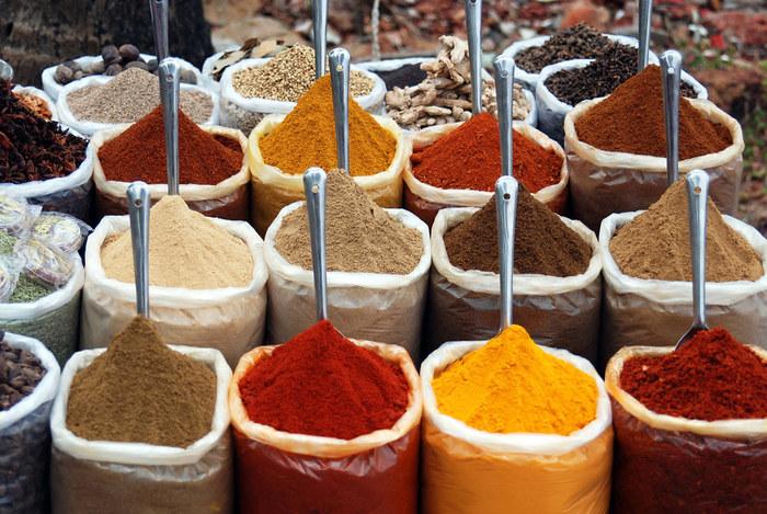 料理好きやカレーフリークは別として、家庭でカレーを作る時は、予めスパイスが配合された「カレー粉」を使うのが一般的です。【画像は、世界的リゾート、西南インド・ゴア「アンジュナ ビーチ」のスパイス露店】