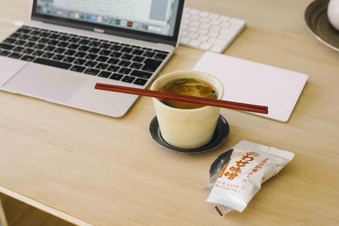 1杯分の個包装でフリーズドライになっているので、いつでもどこでも簡単に美味しいお味噌汁をいただけます。オフィスに常備しておけば、ランチタイムにあったかくて美味しいお味噌汁を手軽にいただけて◎。