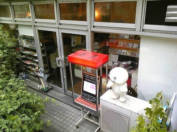 渋谷駅から桜丘方面に向かって徒歩約6分、閑静な住宅街のなかに店を構える「なぎ食堂」。お店自体は1階ですが、坂道に面しているため少し下がった場所に入口があります。渋谷の隠れ家的お店なので、通り過ぎないように注意しましょう!